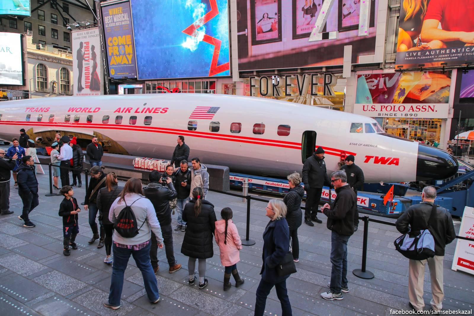 Что делает большой пассажирский авиалайнер в центре Нью-Йорка?