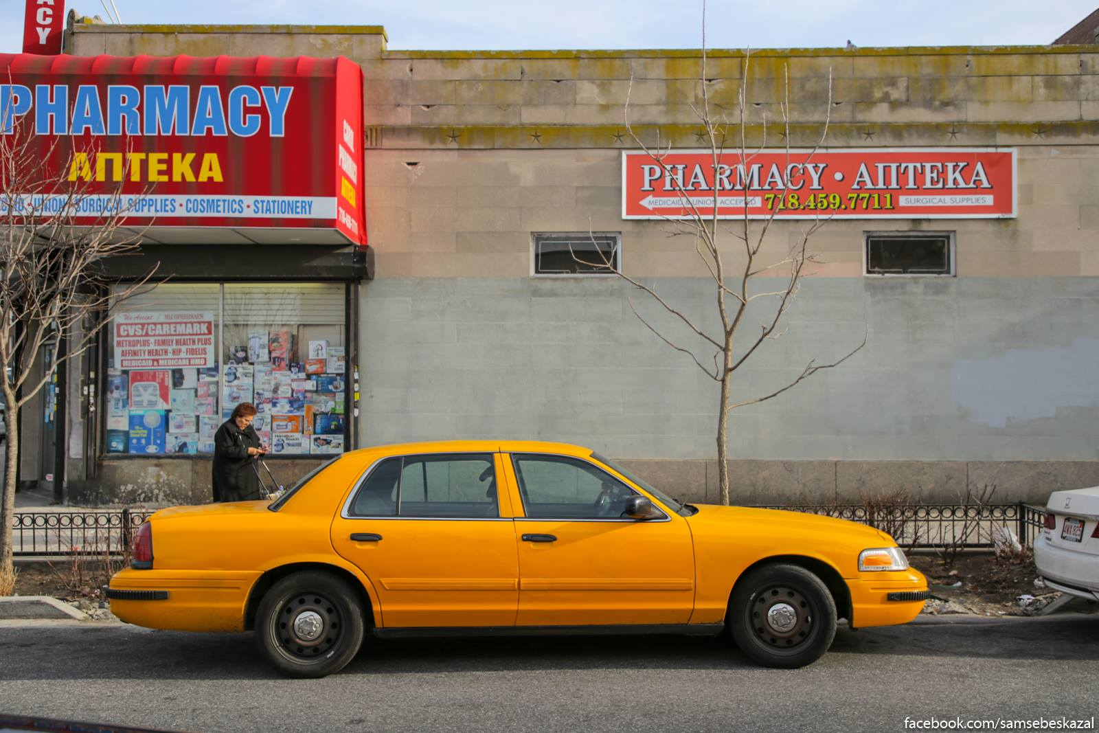 Apteka i staroe nʹu-jorkskoe taksi. Do cego zivucie masiny. Ona v taksi polmilliona milʹ prosla i ese ezditʹ budet.
