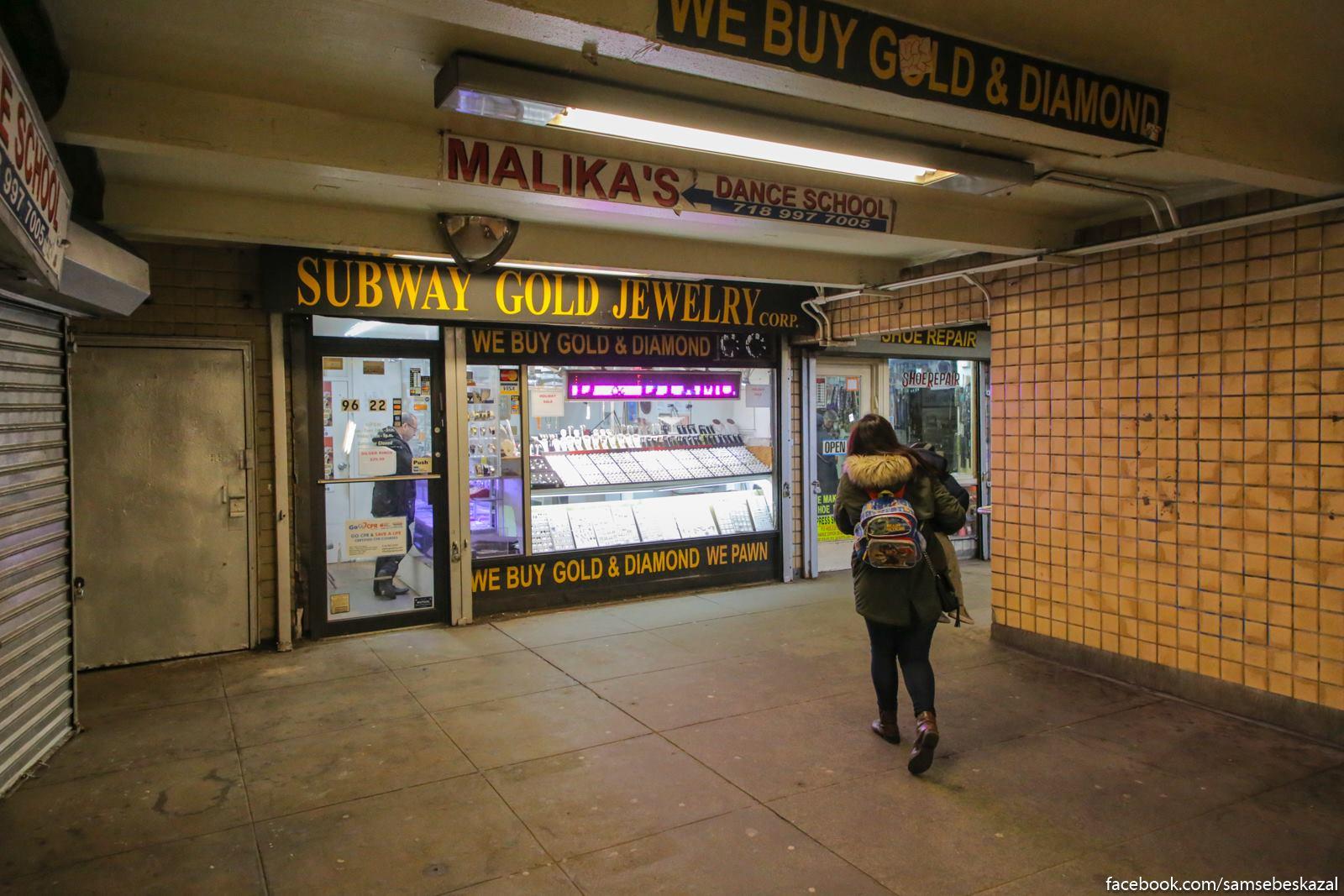 Skupka zolota na vyhode iz stancii metro. Pram kak piterskoe metro vo vremena moego studencestva.