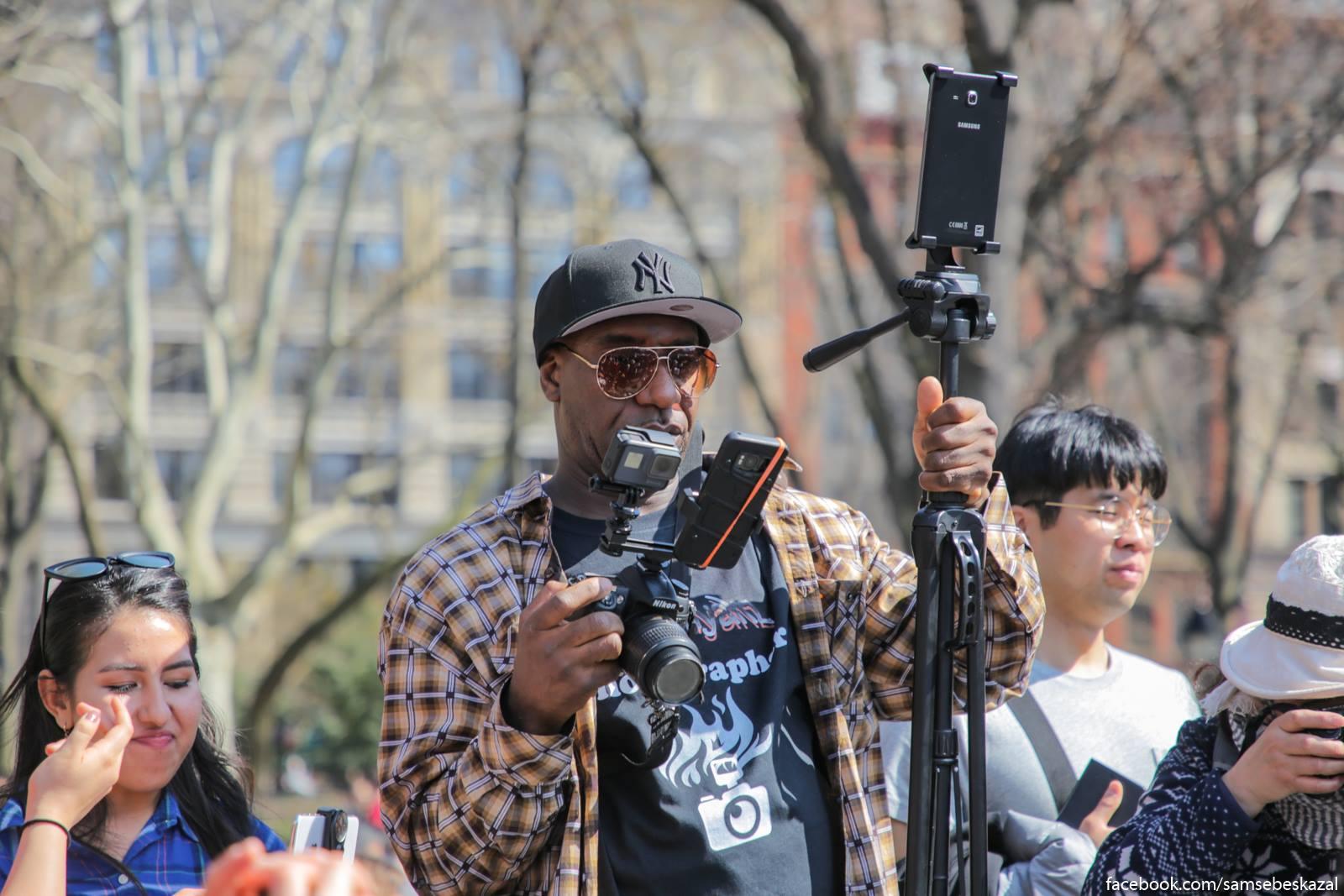 Sobytie osvesali mnogocislennye blogiry. Vot zacem emu stolʹko kamer?