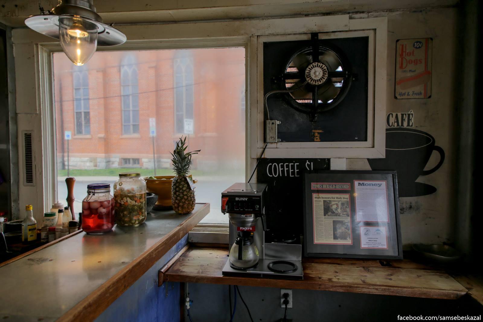 Kofe a tam zakazyvatʹ ne stal :) Na stojke banka s marinovannymi ajcami. Nikogda ih ne proboval.