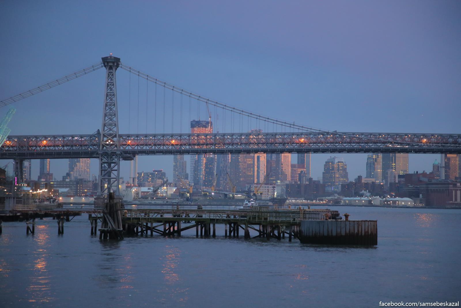 Uilʹamsburgskij most i aktivno rastusaa vverh zastrojka Dauntauna Bruklina.