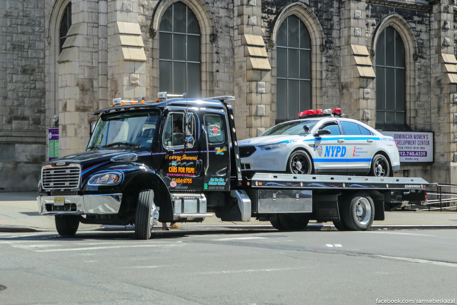 Kinosniki privezli policejskuu masinu na sʺemku. Tut vse ponatno iz-za nadpisi na dveri evakuatora, no eli by ee ne bylo, kak ese opredelitʹ, cto masina ne nastoasaa iz NYPD, a kinosnaa?