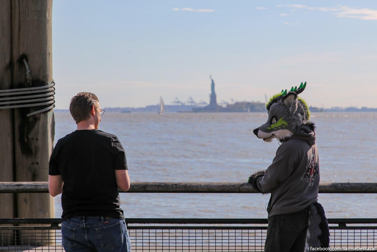 Na takoe v Nʹu-Jorke bystro perestaesʹ obrasatʹ vnimanie. Cuvak odetyj kak volk priehal na fotoset s vidom na Statuu Svobody.