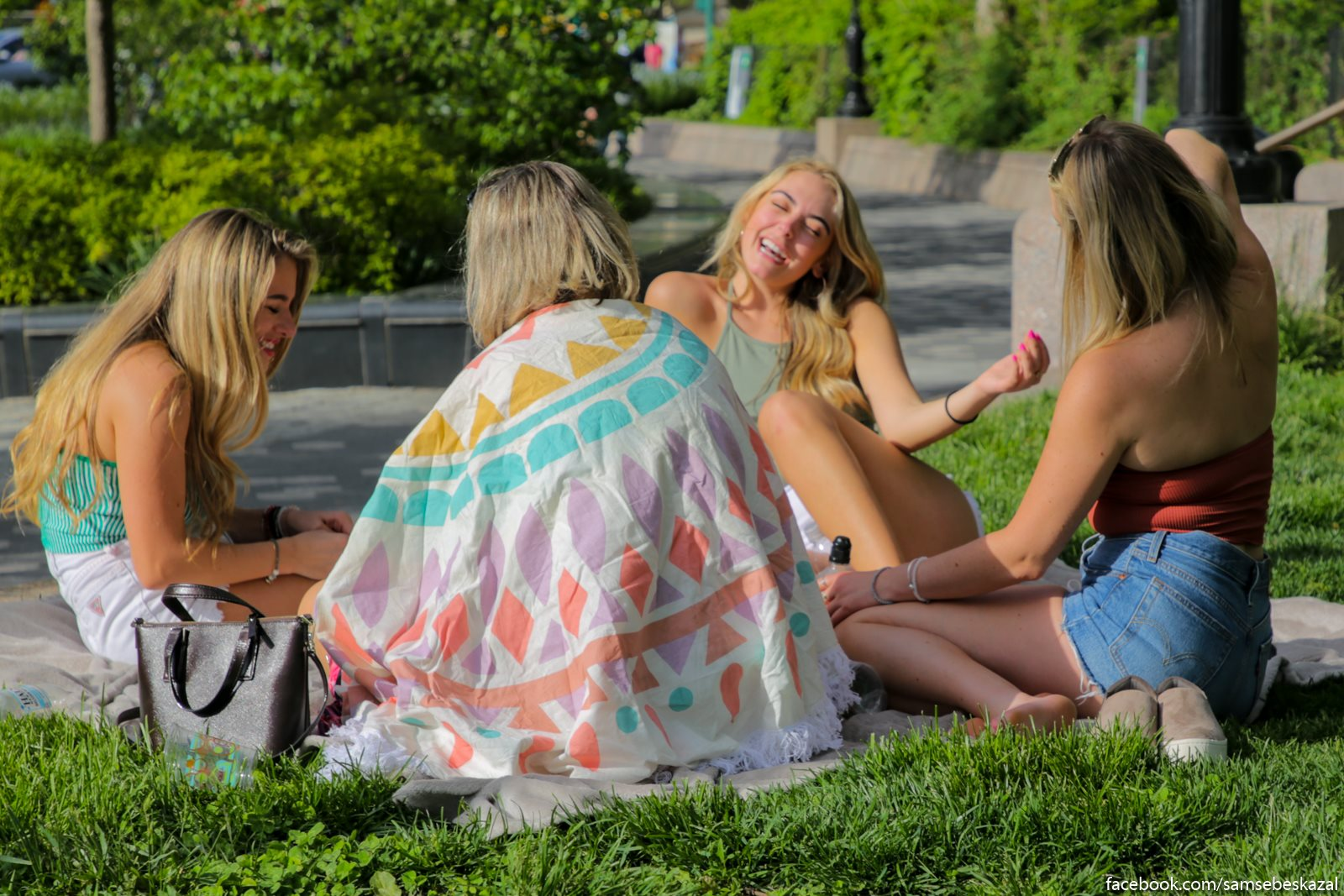 Devuski na piknike v Betteri-parke.