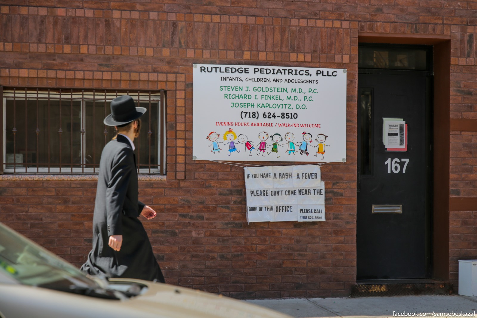 Esli u vas sypʹ i zar, to ne podhodite k dveri etogo ofisa. Obʺavlenie na stene pediatriceskogo ofisa v hasidskoj casti Uilʹamsburga.