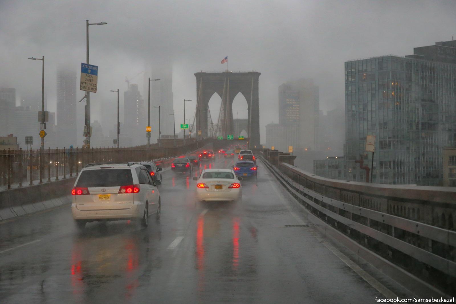 Sdelal fotku Bruklinskogo mosta v dozdʹ iz okna masiny, a polucilasʹ pocti akvarelʹ.