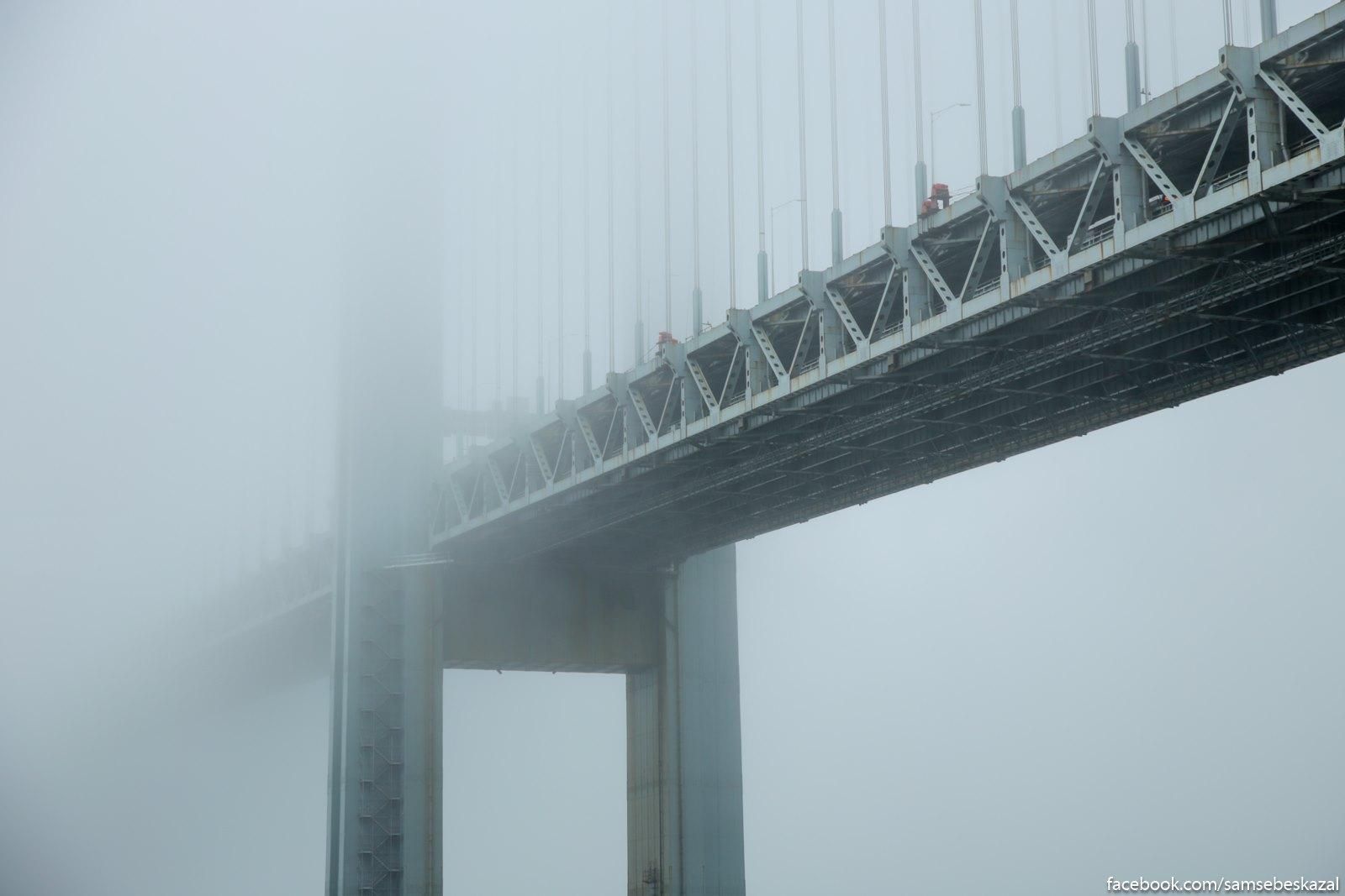 Most Verrazano-Nerrouz v tumane. Bruklin.
