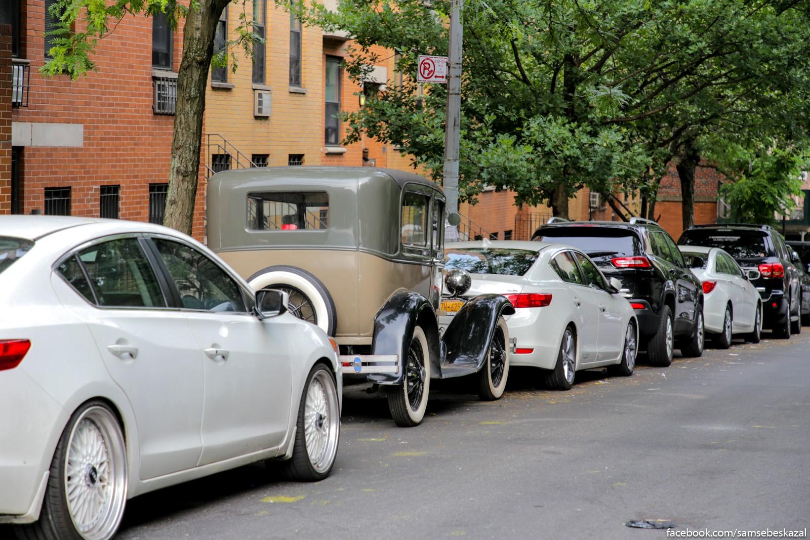 Zaparkovannye masiny na odnoj iz ulic Garlema.