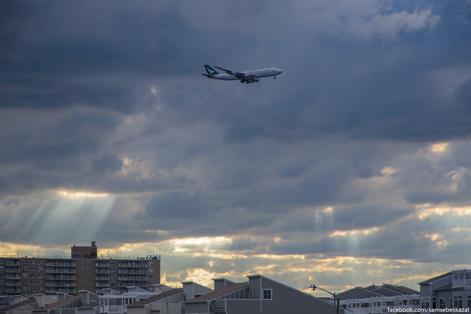 Boing 747 idusij na posadku. Rokavej, Kuins.