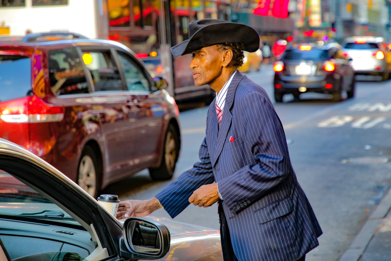 Kovboj s 42-j ulicy. On ese ezdit na staroj policejskoj Kraun-Viktorii.