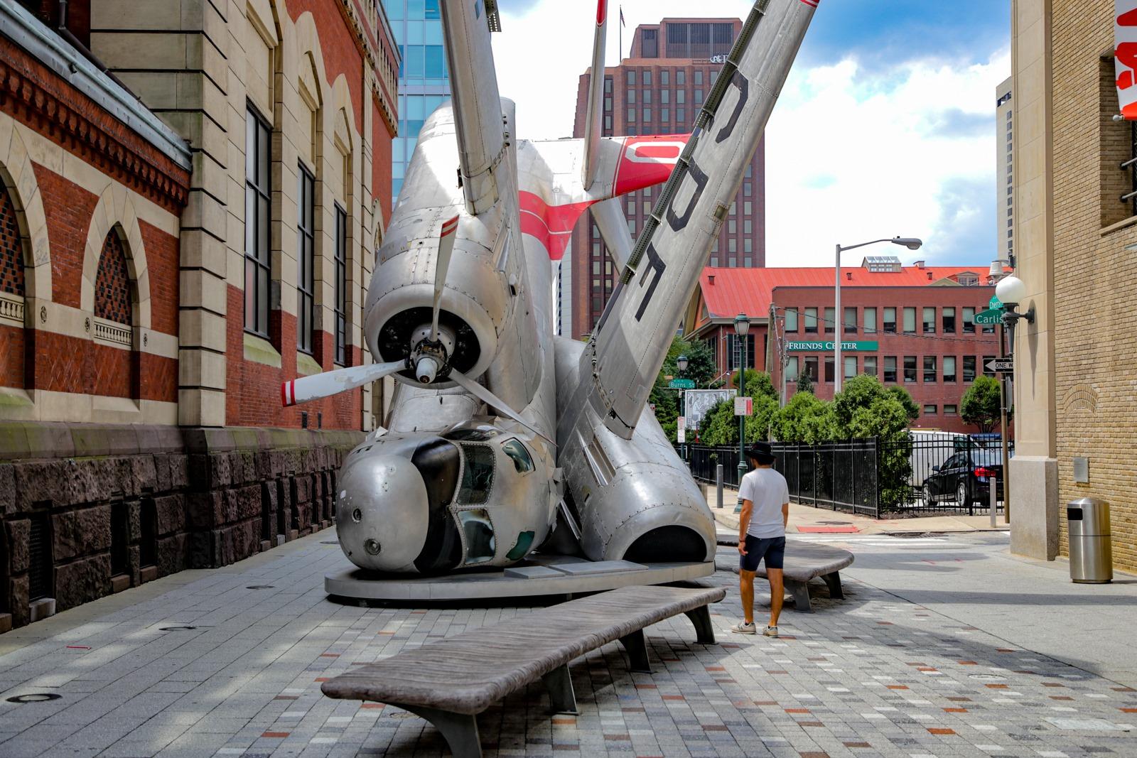 V File ocenʹ mnogo iskusstva. Ot muzeev s kollekciami mirovogo urovna, do takih ulicnyh art-obʺektov.