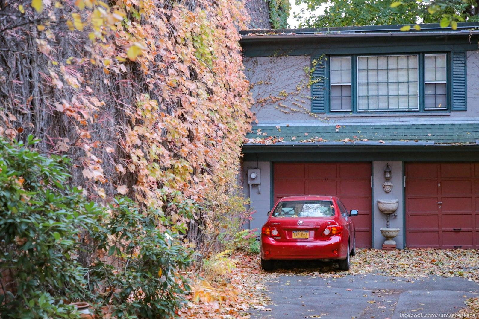 Garaz vo dvore starogo doma.
