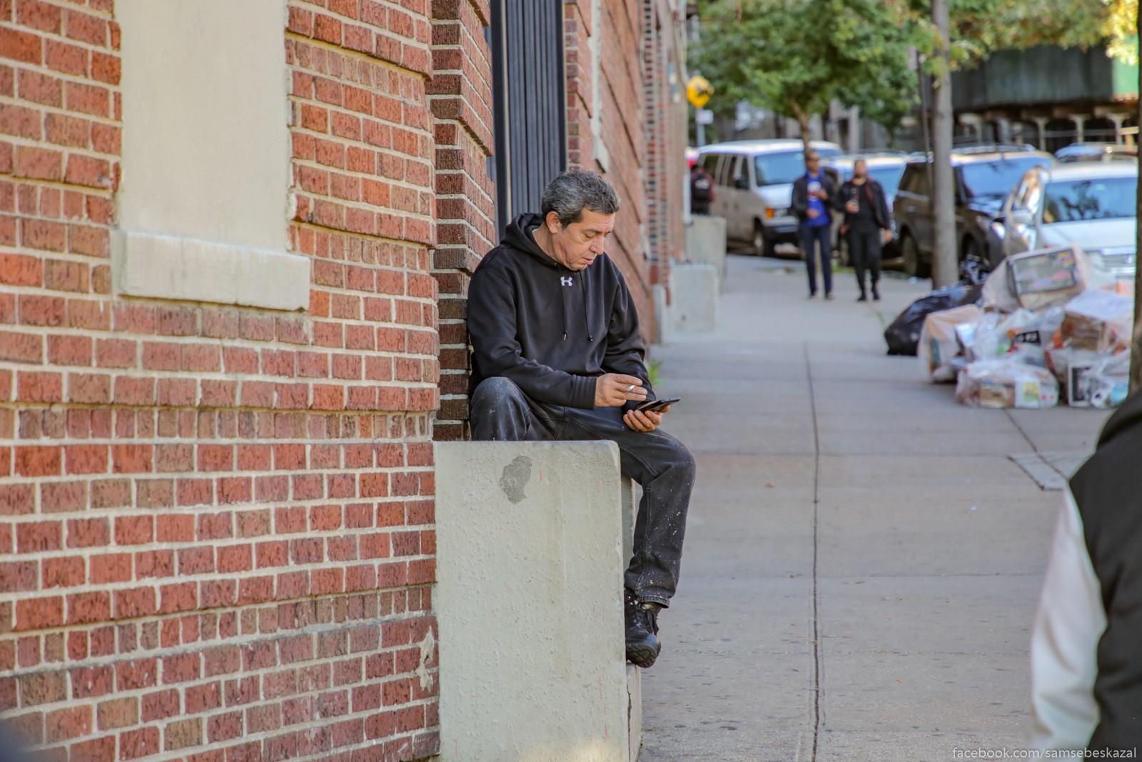 Muzik s telefonom, kotoryj za vsemi begal. I eto, pohoze, glavnoe ego zanatie na segodnasnij denʹ.