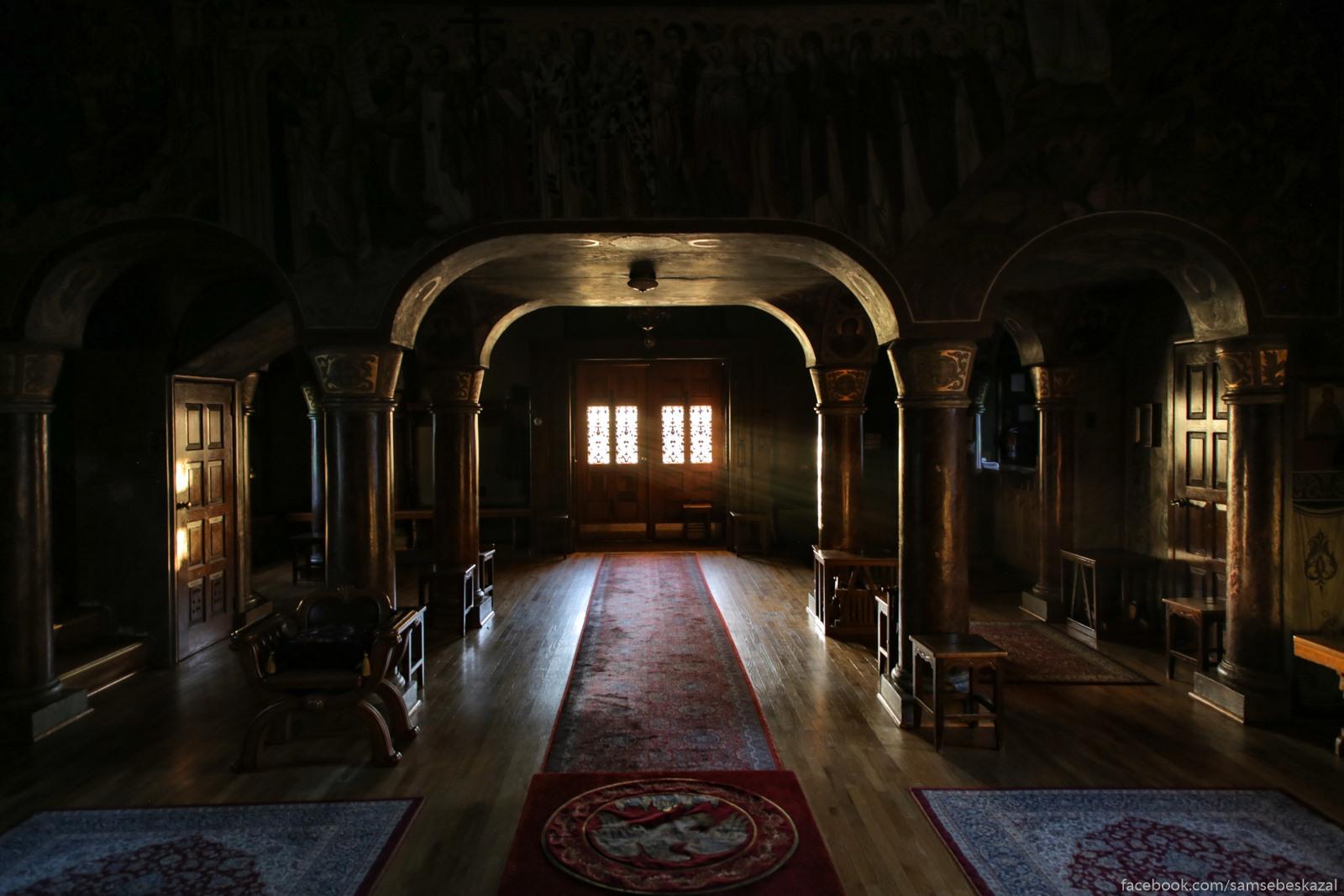 Vnutri glavnogo hrama.