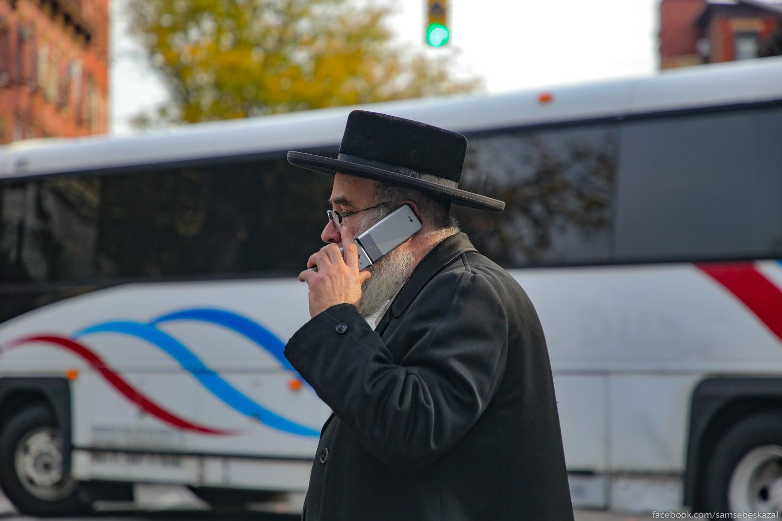 Tehnologii svazi v hasidskom Uilʹamsburge. Oni vse tam s takimi telefonami hodat.