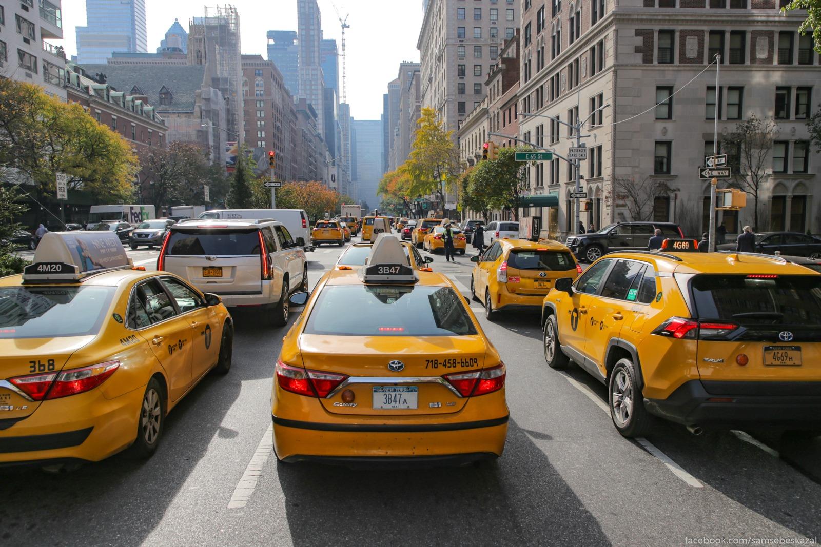 Probka na Park-avenu. Iz ne taksi byli tolʹko my i ese bukvalʹno para avtomobilej.