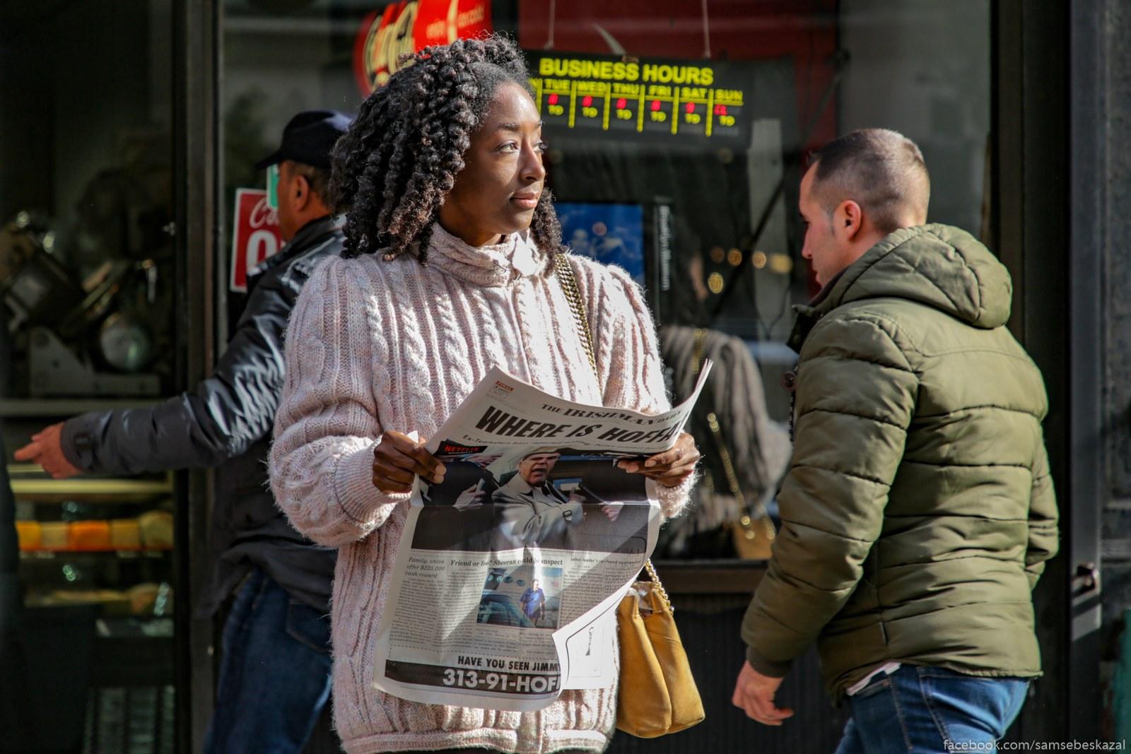 Vse na ulice byli s gazetami v rukah. Davno zabytaa kartinka uze.