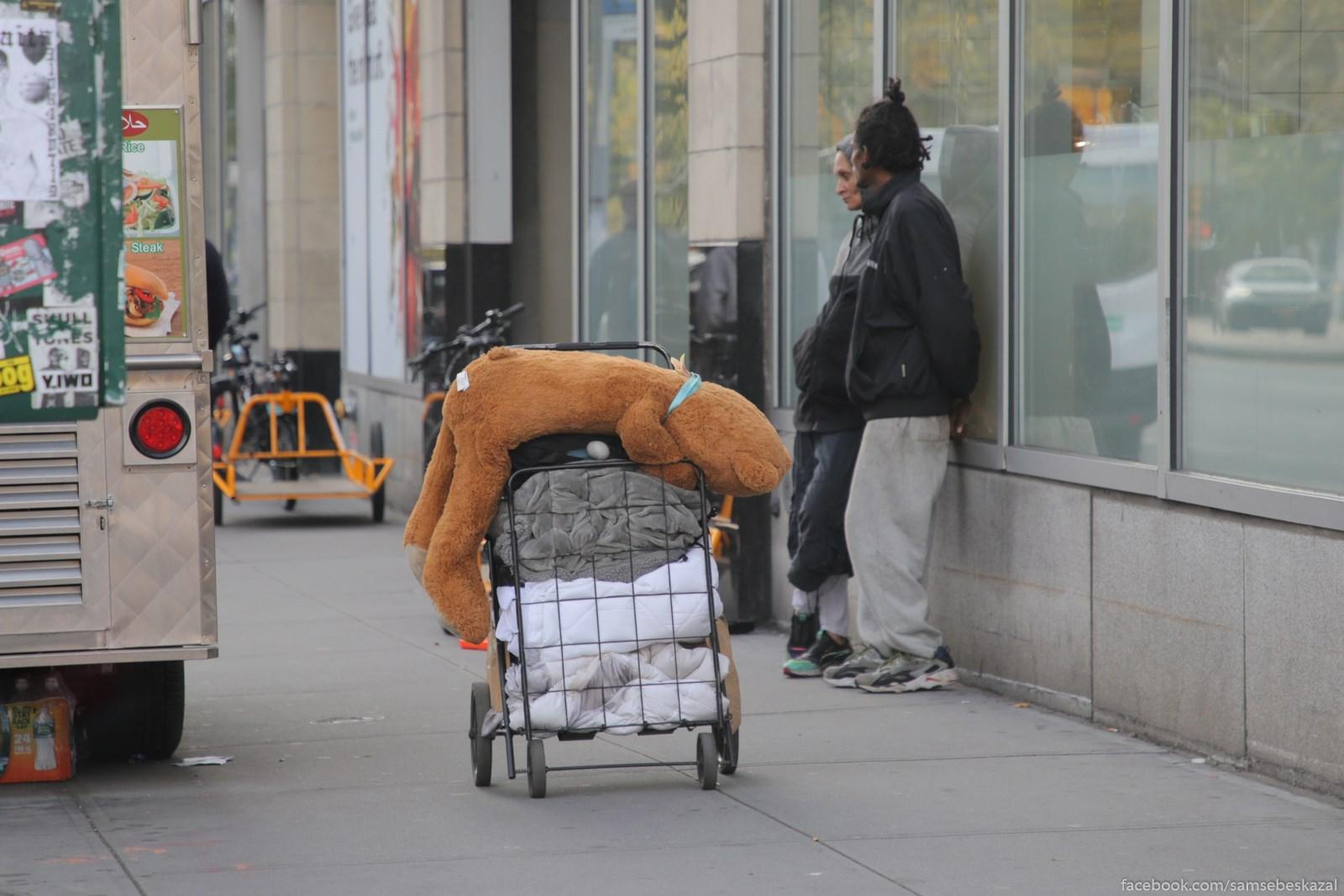 Vsem nuzny druzʹa. Telezka s vesami bezdomnogo na Manhettene.