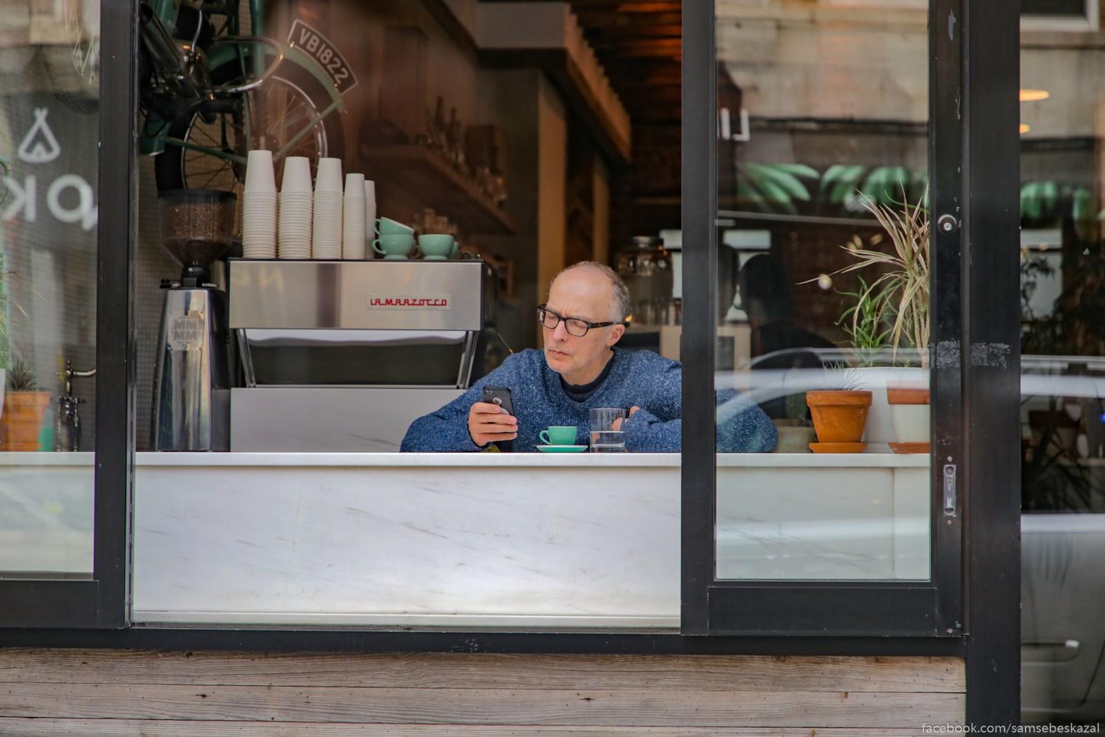 V okne kofejni v bruklinskom Grinpointe.