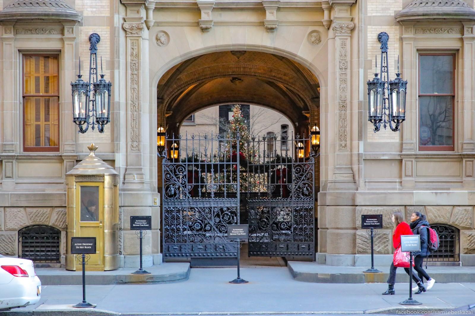Utro 24-go dekabra. Pecalʹno znamenityj vhod v znamenityj ziloj dom Dakota na 72-j ulice.