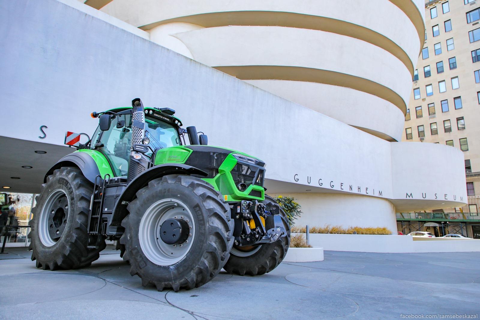 Muzej Gugenhajma zakryt, a u vhoda stoit ogromnyj traktor. Verhnij Ist-Sajd.