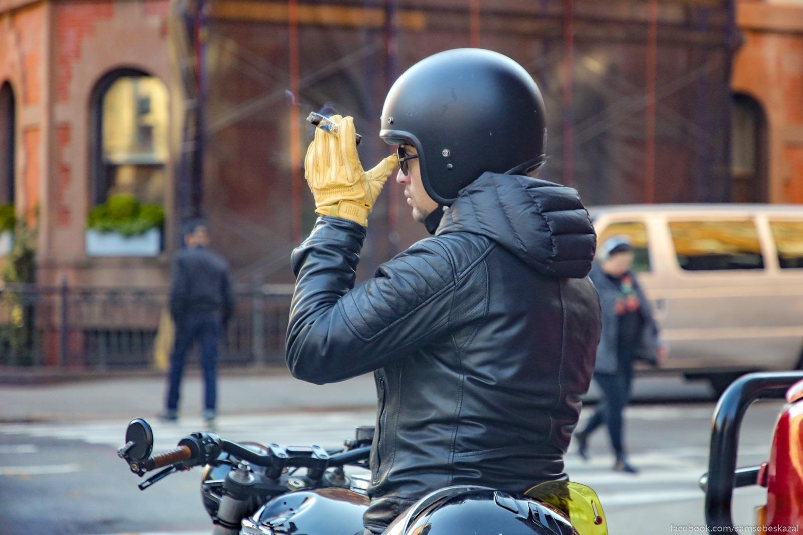 Motociklist s sigaroj.