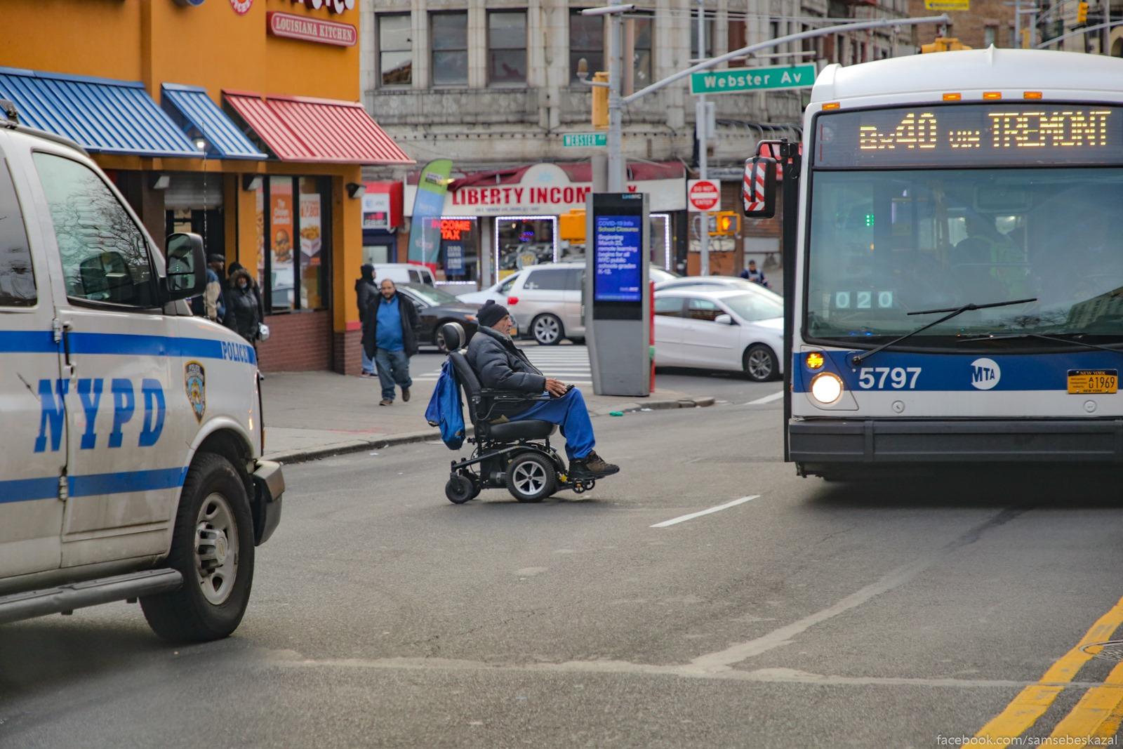 Muzcina ozidaet posadki v avtobus