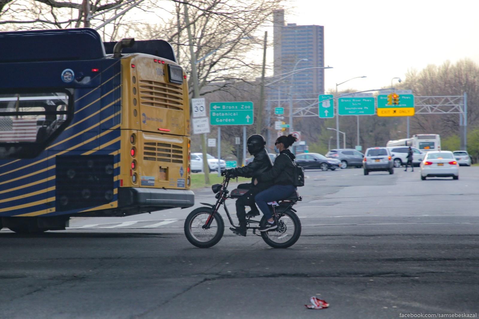 V Bronkse vse kak obycno i daze bolʹse. Motociklistov kakoe-to ogromnoe kolicestvo povylazilo.