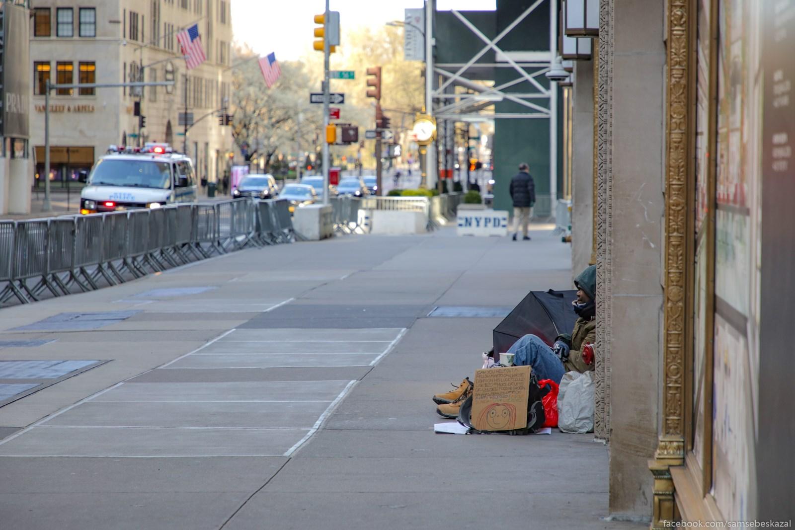 Bezdomnym sovsem tazelo. Istocnik dohodov v vide ludej issak. Na foto Pataa avenu, gde obycno tolpy.