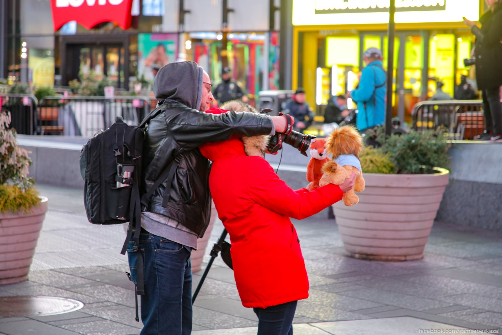 Na Tajms-skver tolʹko policia, da nemnogocislennye fotografy s blogerami. Kto-to vot plusevye igruski fotaet na fone proishodasego.