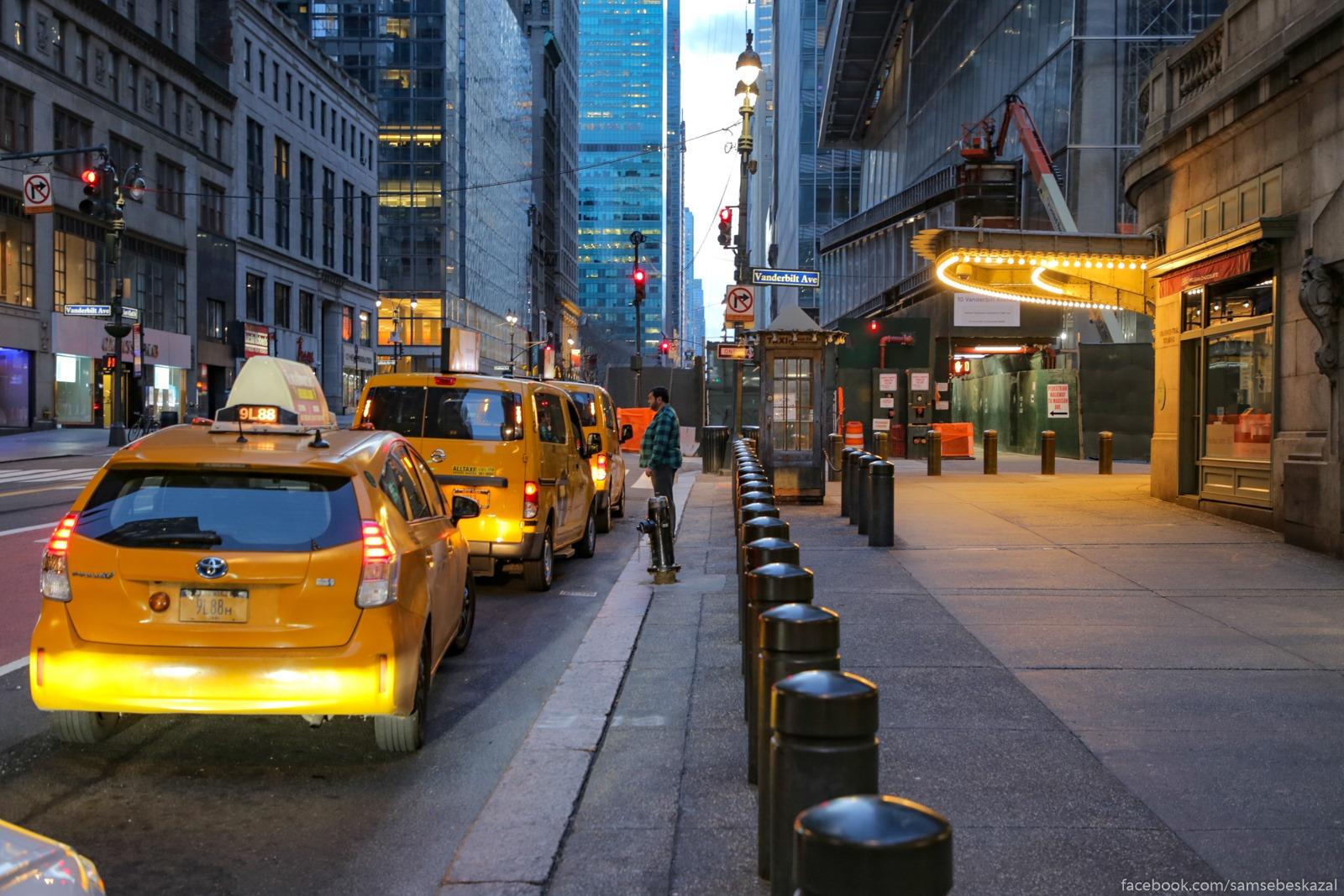 Taksisty u Centralʹnogo vokzala v ozidanii klientov, kotoryh net. Vnutri vokzala tolʹko policejskij, bezdomnye i fotografy.