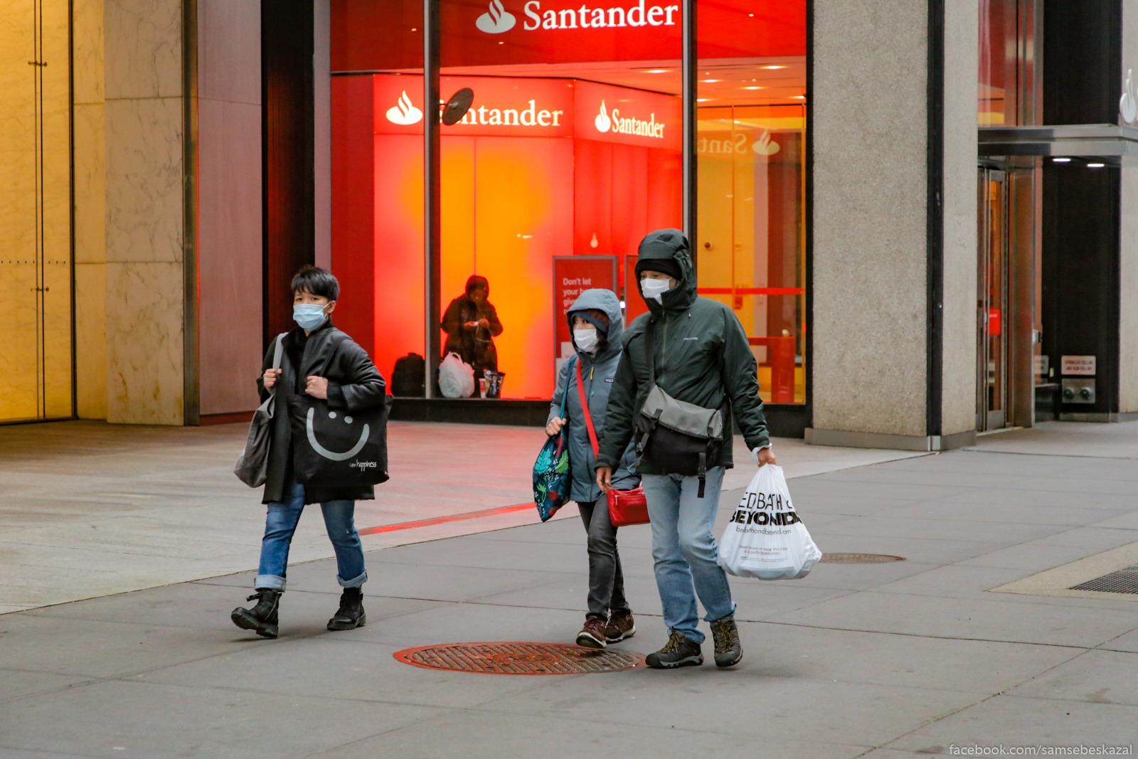 Redkie pesehody. Na ulice bylo holodno i bezdomnye okkupirovali vse bankomaty, no ih ottuda nikto ne gonaet.