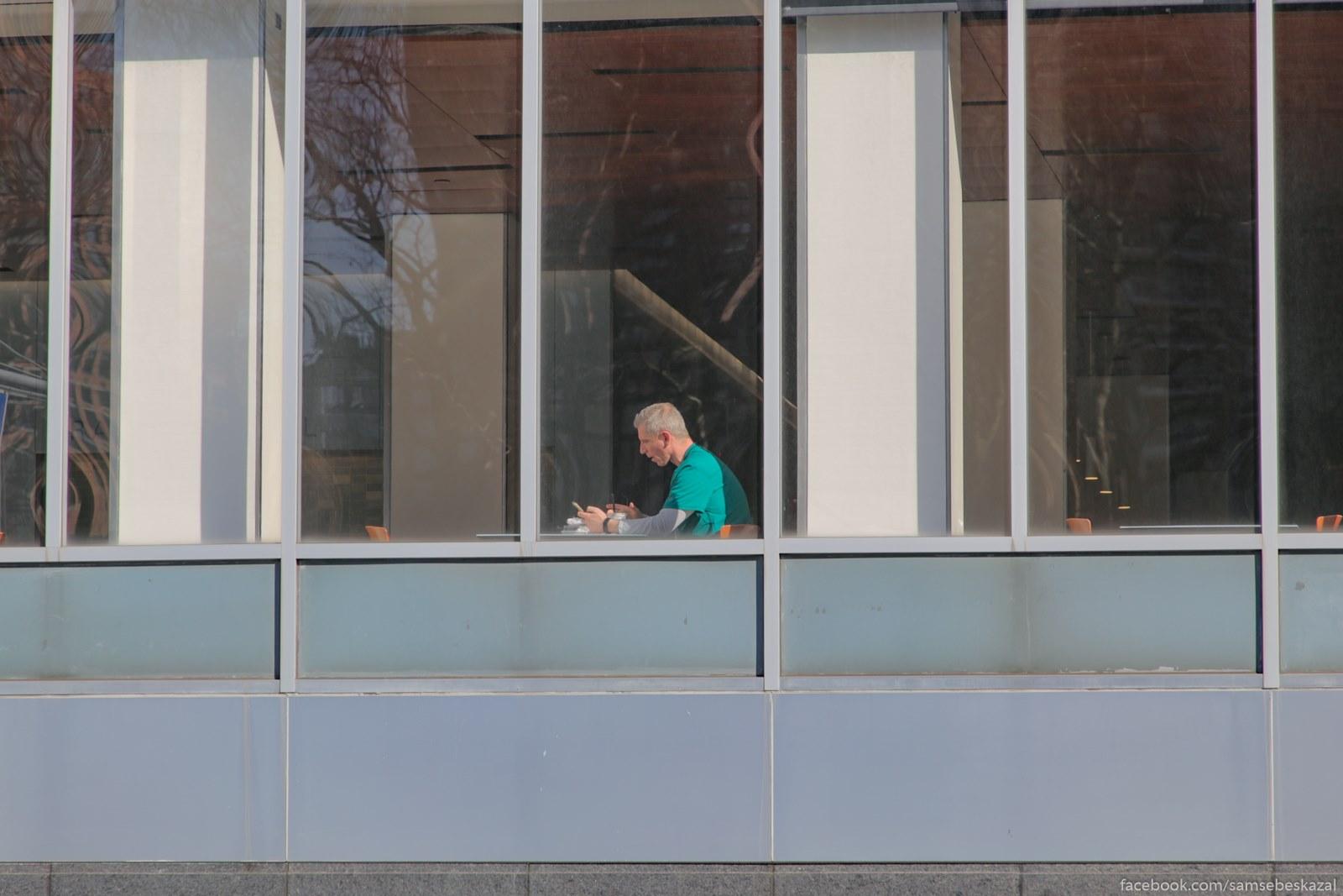 Vrac ili medbrat v okne kafeteria gospitala na Manhettene.