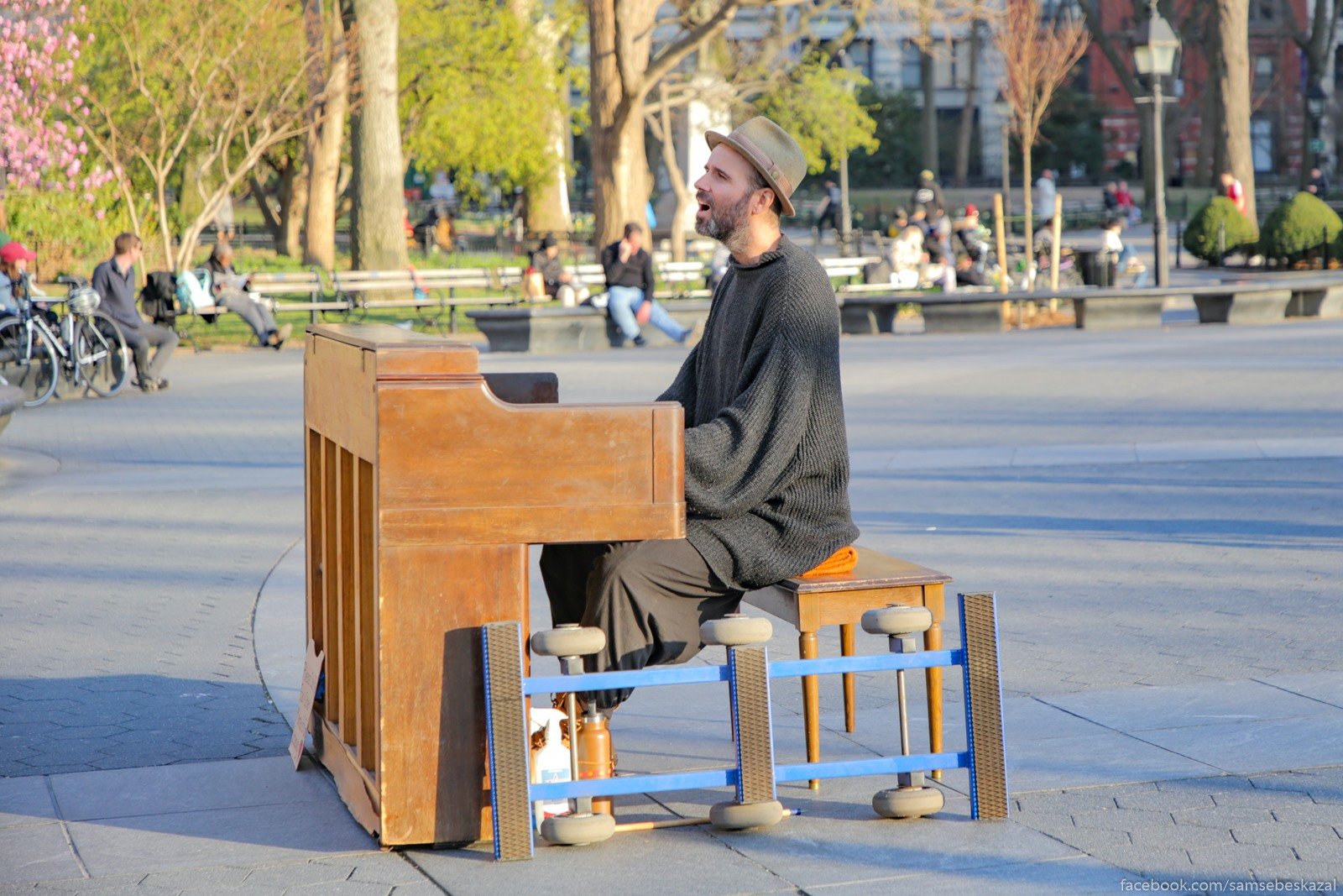 V Vasington-skver parke po preznemu mnogo ludej i vystupaut muzykanty.