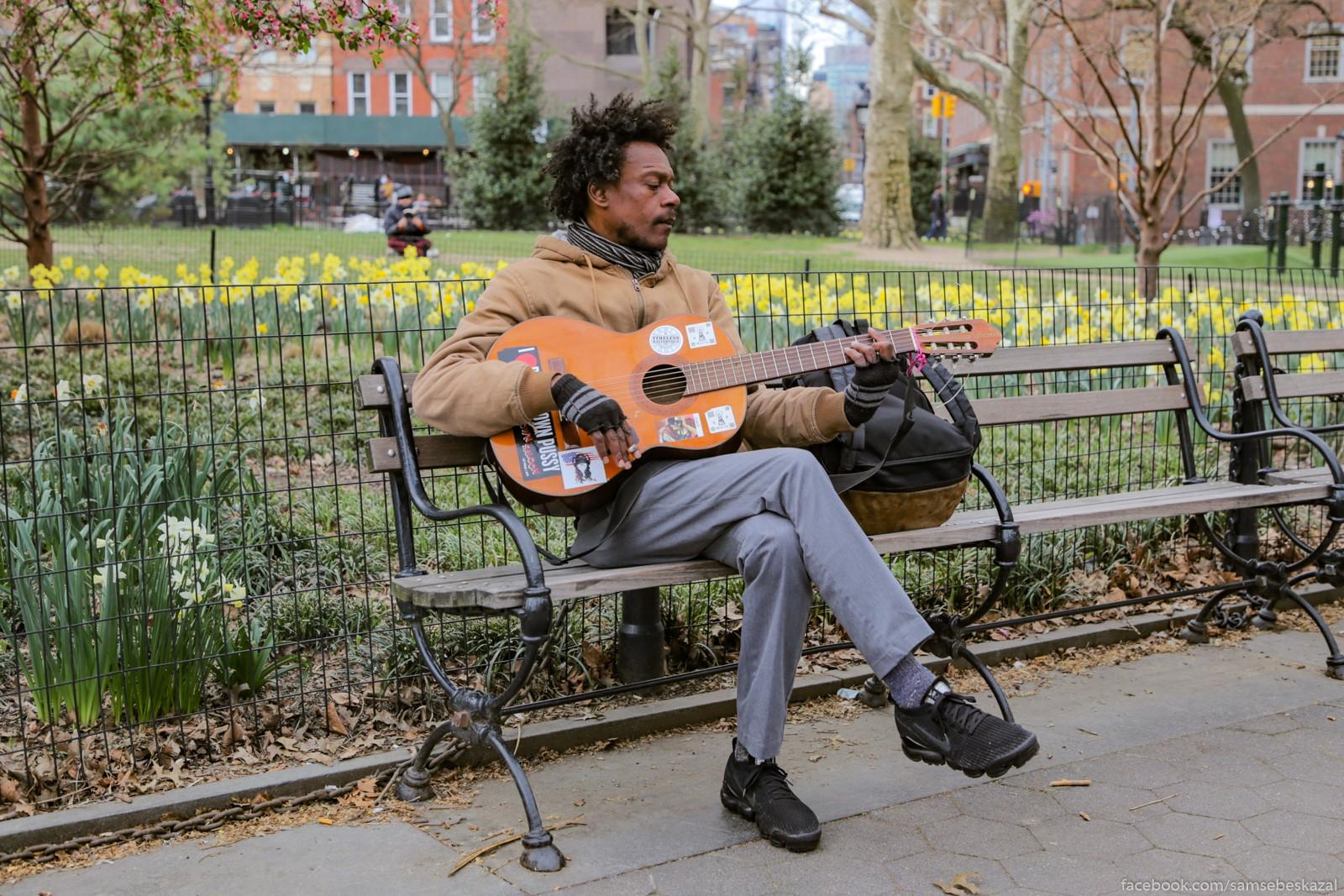 Muzykant v parke. Ne iz teh,...