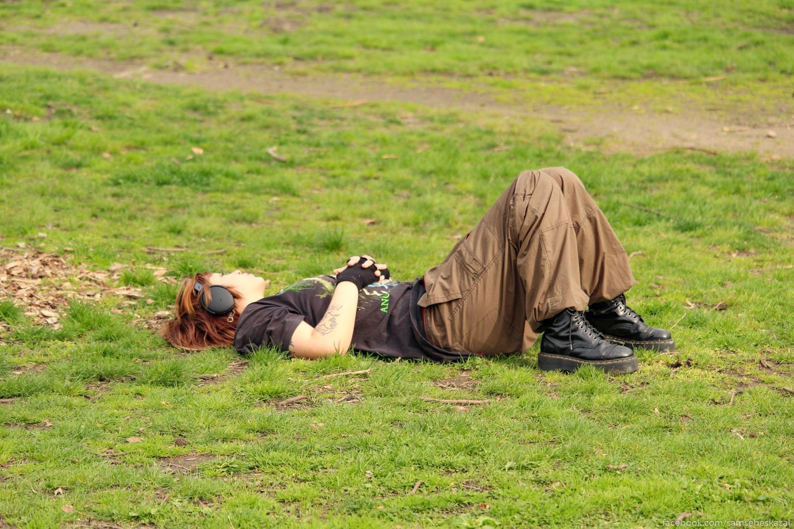 Samoizolacia v parke.