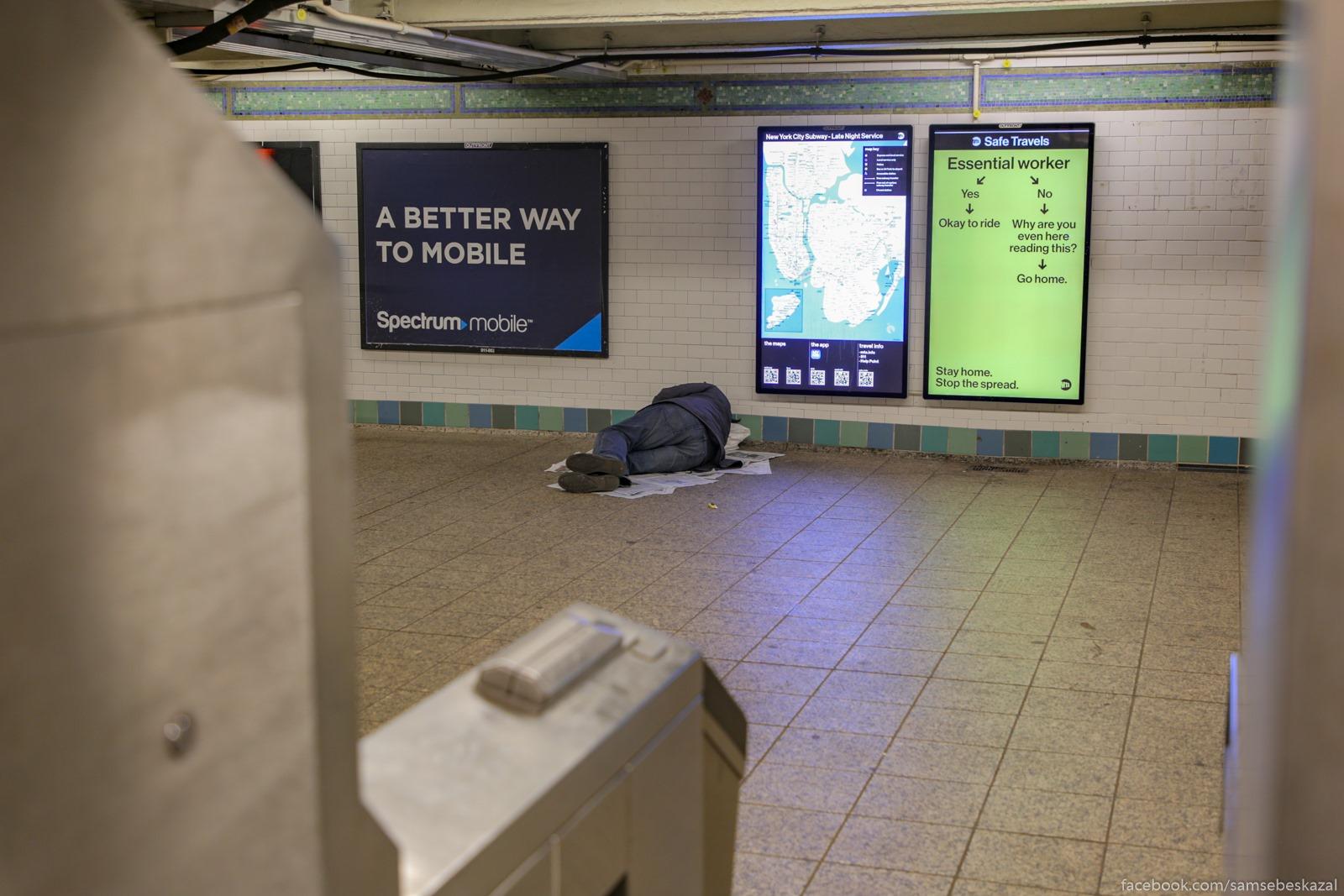 Ludi spat na platformah, v...