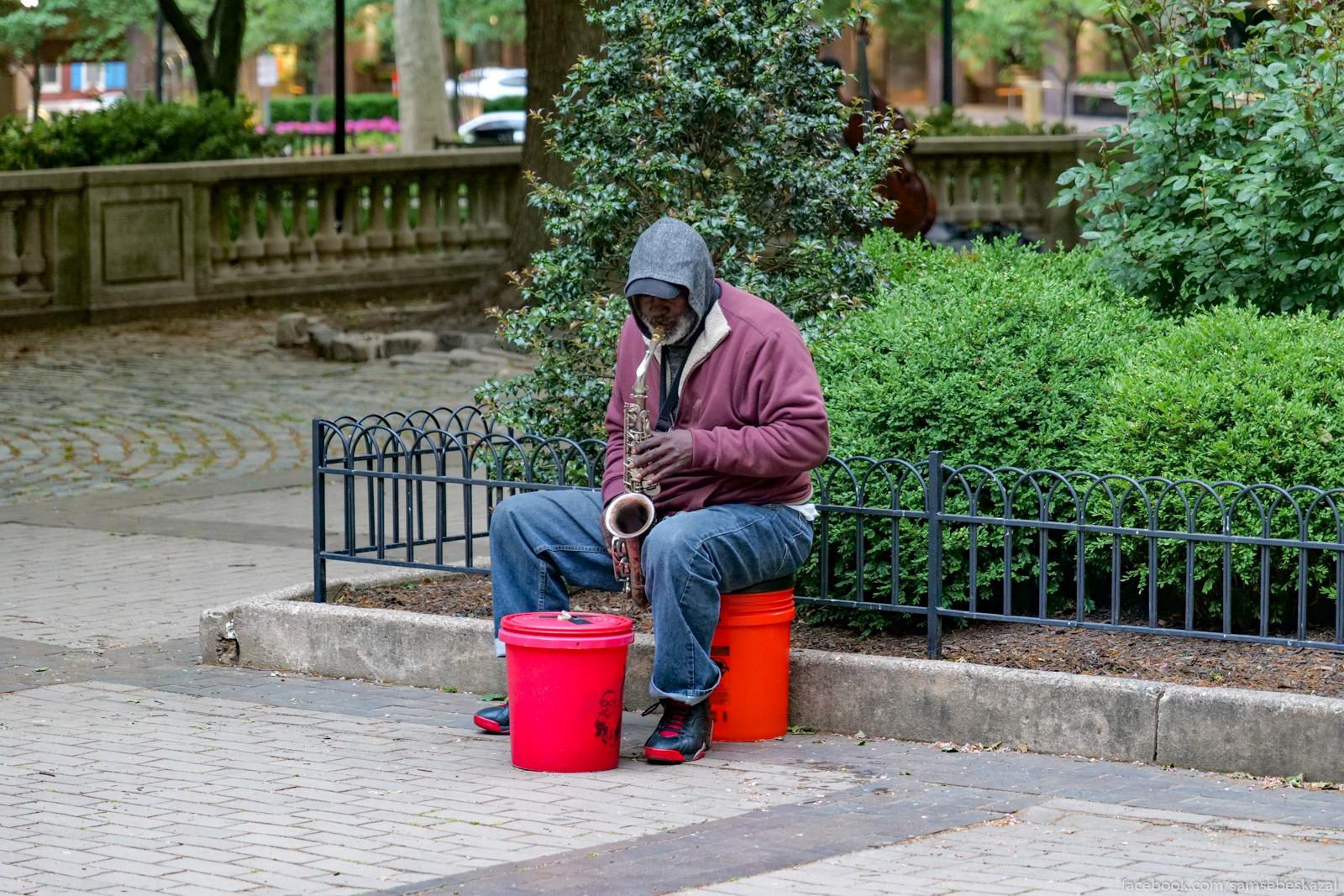 Saksofonist v parke.