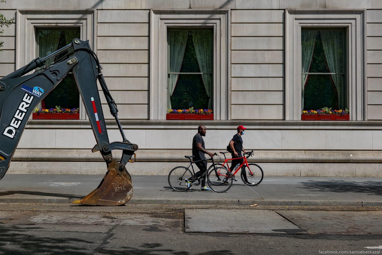 Tri okna, dva velosipedista...