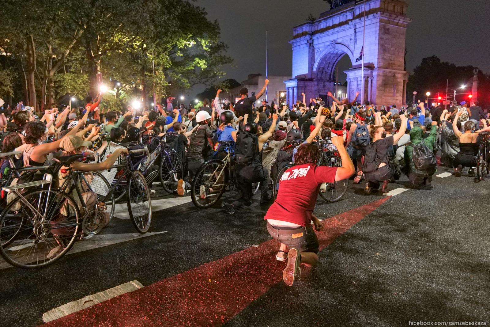 Manifestanty preklonili...