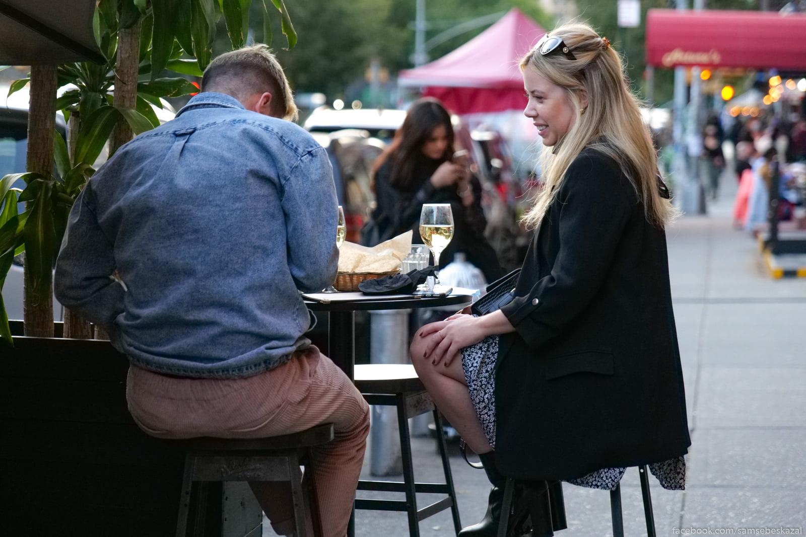 Ulicnye stoliki v kafe.
