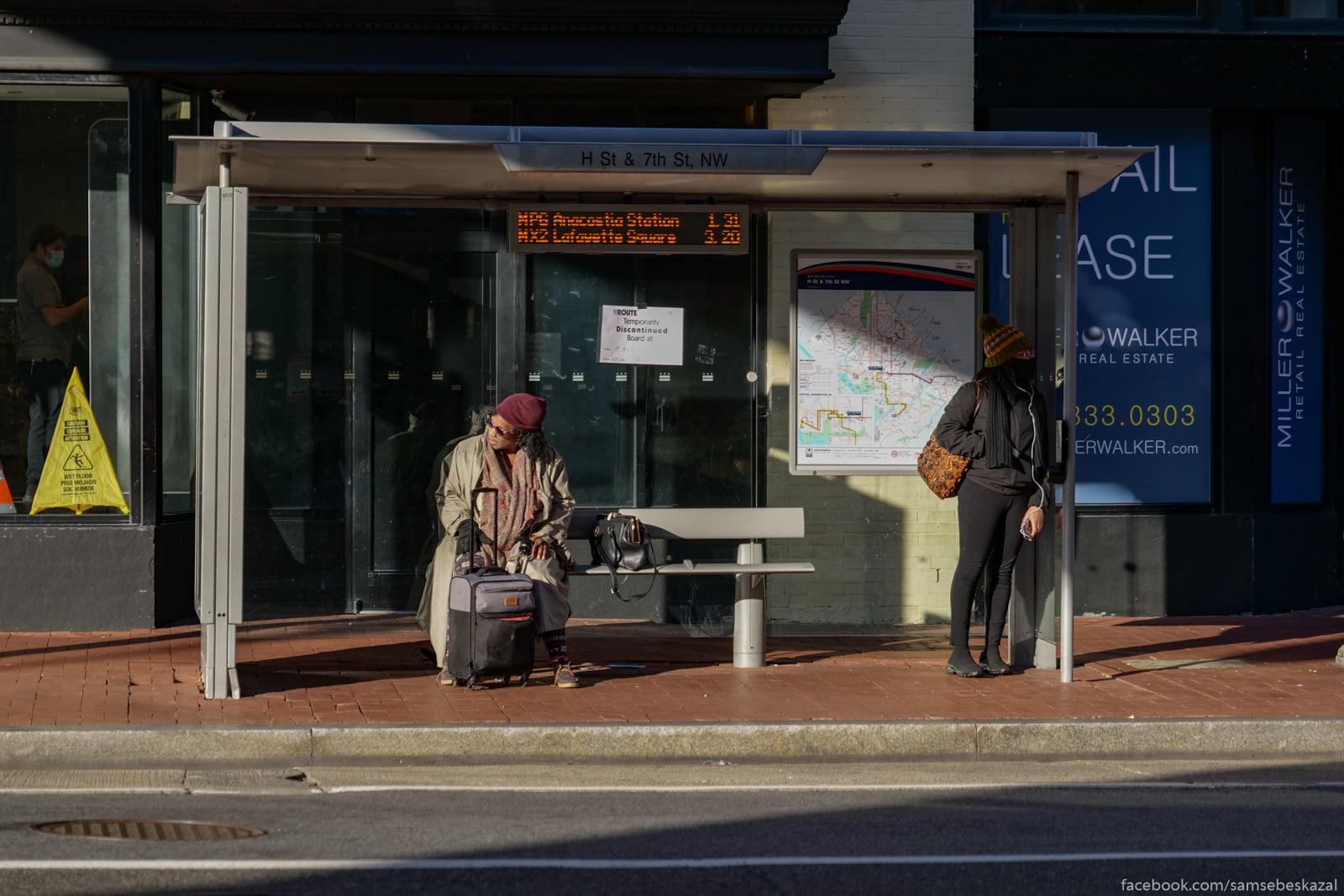 Na avtobusnoj ostanovke.