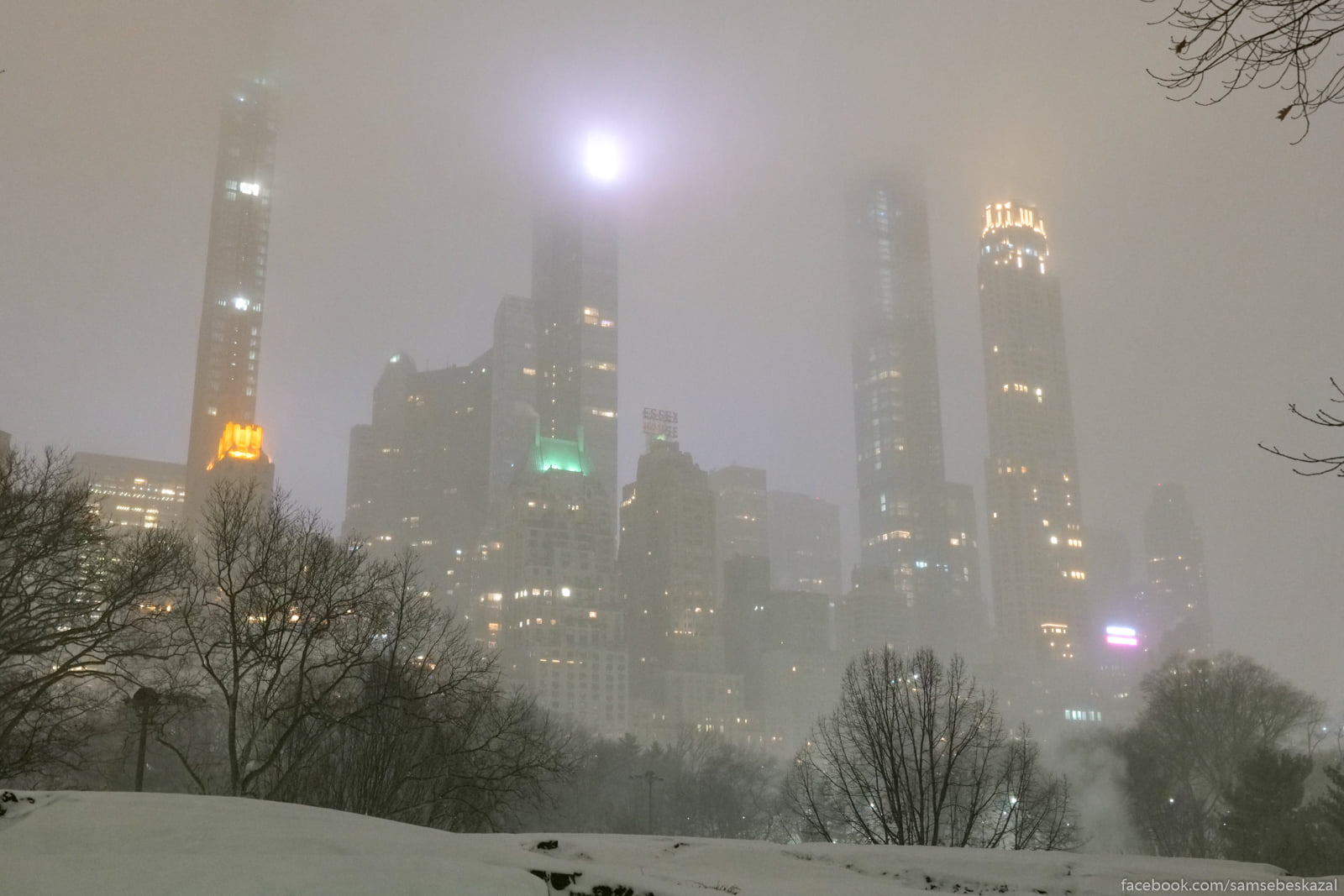 Neboskreby v sneznoj mgle.