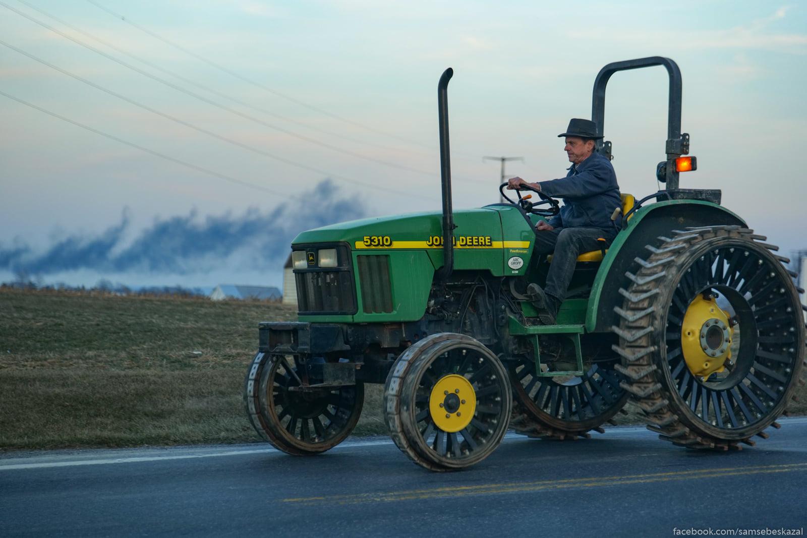 Muzik edet na traktore.
