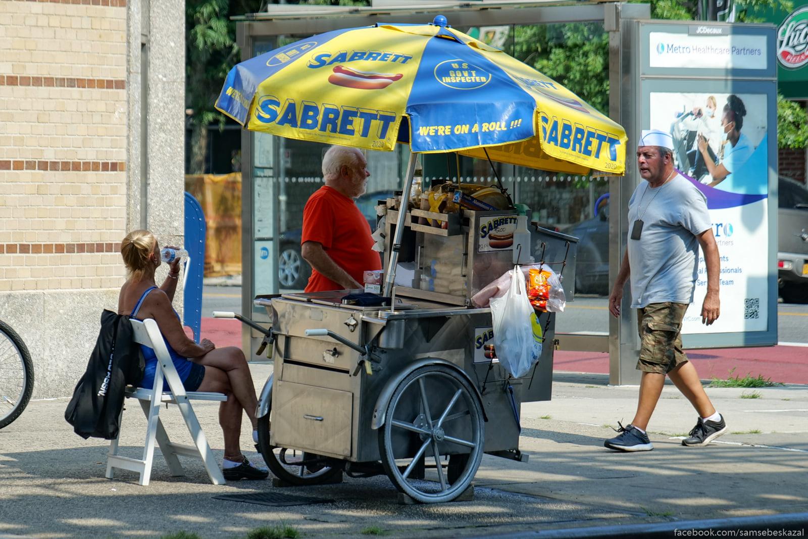 Ulicnyj prodavec hot-dogov...