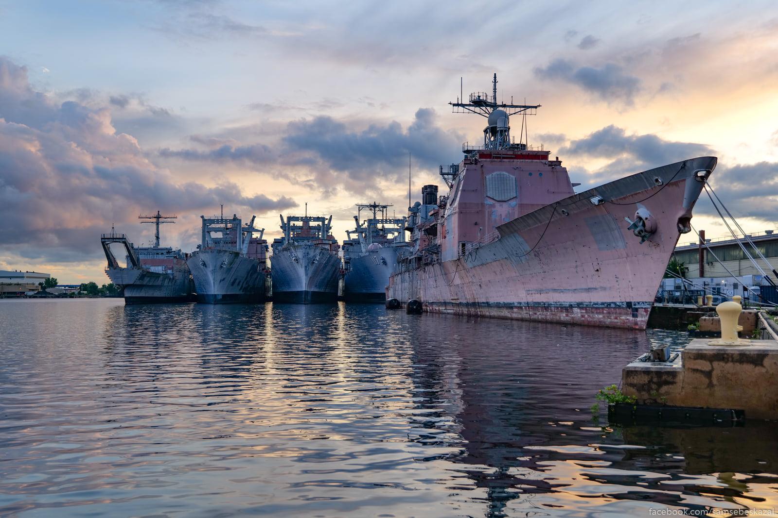 Na perednem plane USS Yorktown...