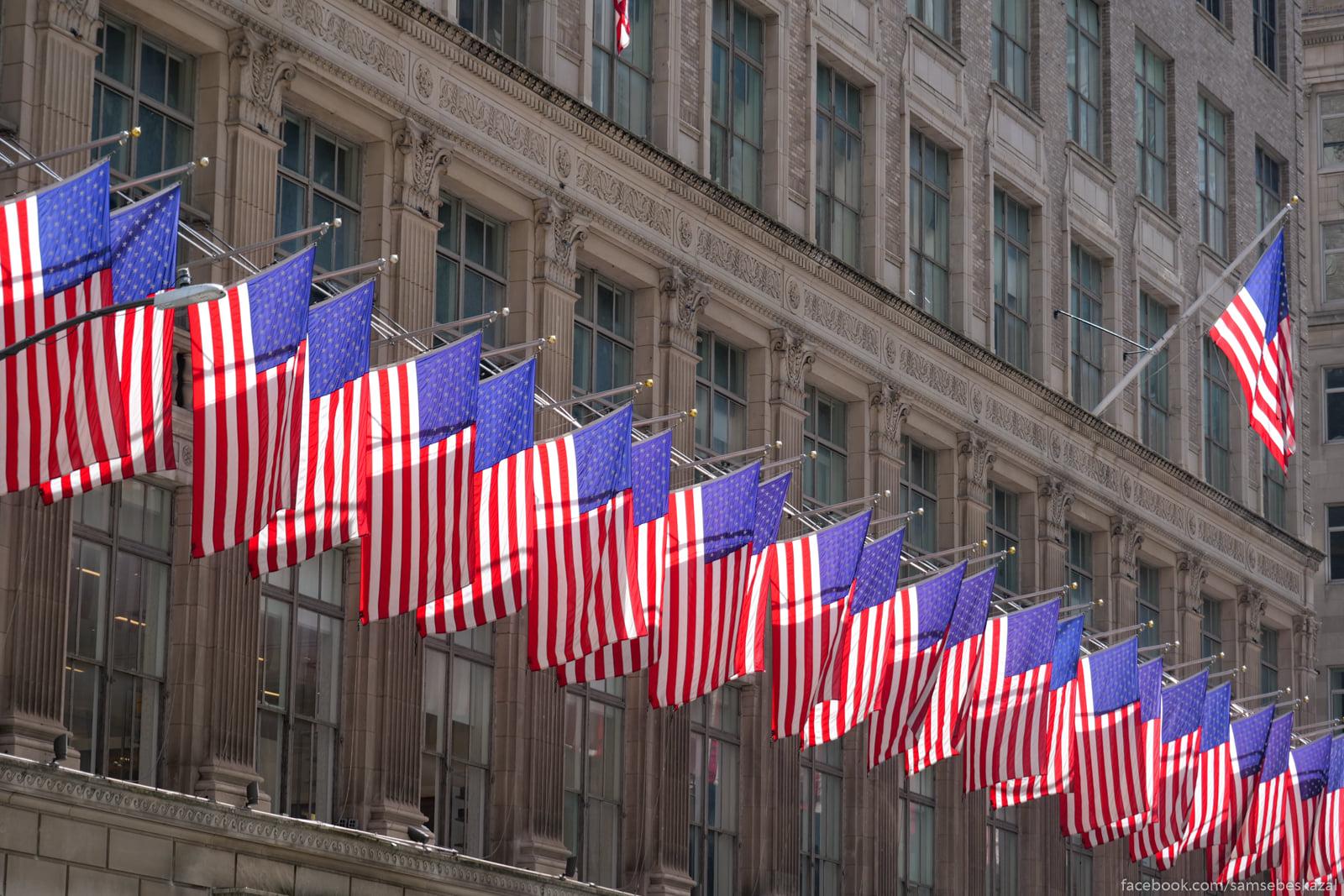 Flagi na fasade univermaga...